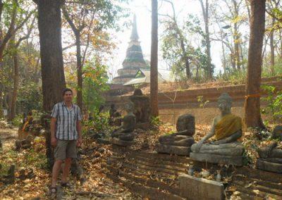 Heiko mit Antike Buddhastatuen vor dem Waldtempel Wat Umong, Chiang Mai, Thailand im Februar 2012