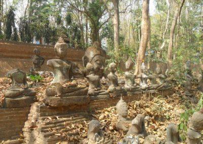 Antike Buddhastatuen vor dem Waldtempel Wat Umong, Chiang Mai, Thailand im Februar 2012